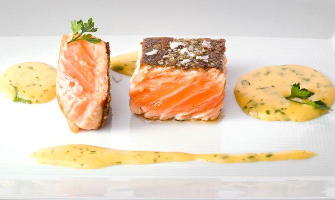 salmon a la plancha con salsa bearnesa