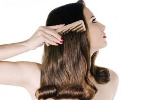 Mujer cepillandose cabello peine